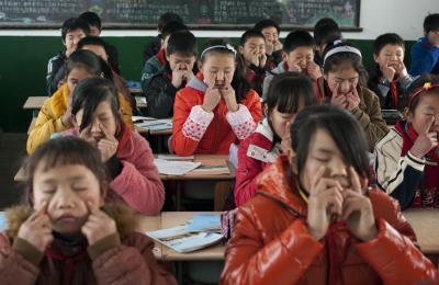 中国の学校で目の疲れをほぐすための体操をする子どもたち