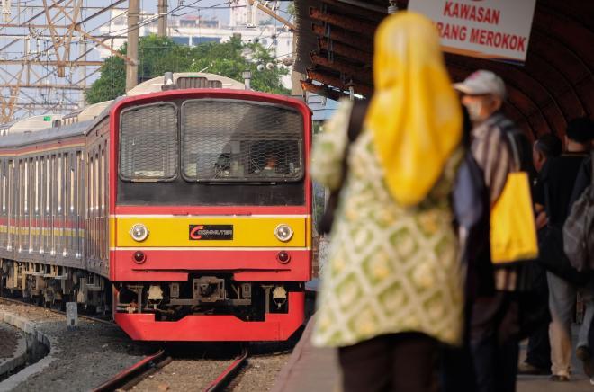 JR東日本で活躍した205系電車が到着するのを待つ乗客ら=ジャカルタ・コタ駅