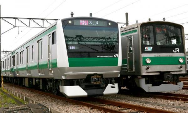 埼京・川越線に投入される新型車両E233系(左)。奥は205系