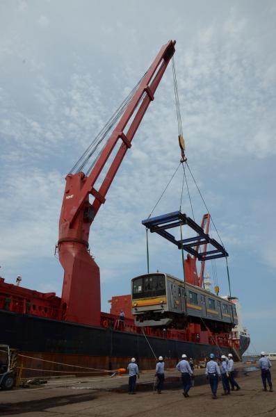 ジャカルタへ船積みされる205系