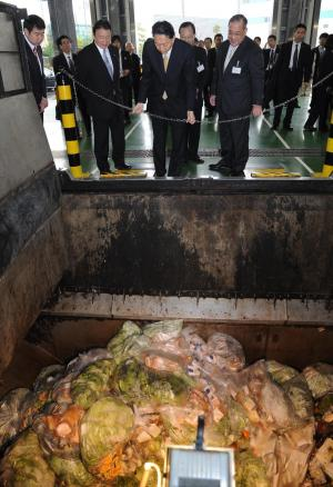 東京都の食品廃棄物処理施設を視察する鳩山由紀夫首相(当時)=2010年