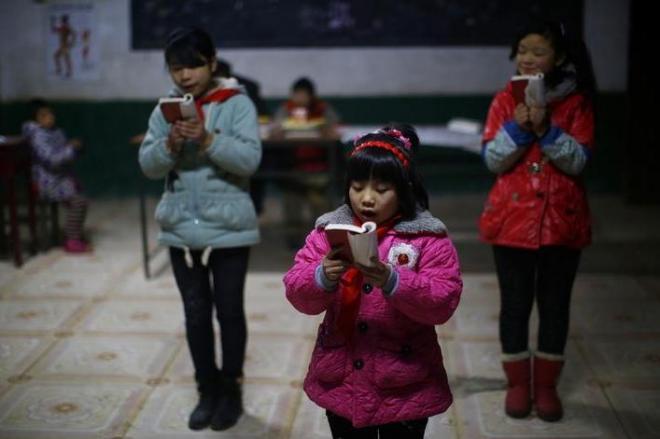 立って朗読をする中国の児童=2013年12月16日