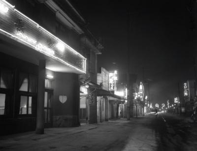 売春防止法施行後、ネオンの屋号も代わり、客足がばったり途絶えた東京の吉原遊廓=東京都台東区、1958年2月