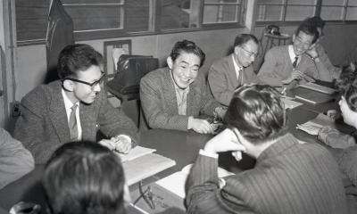 紫綬褒章の受賞を喜ぶ喜劇俳優の榎本健一=1960年10月28日