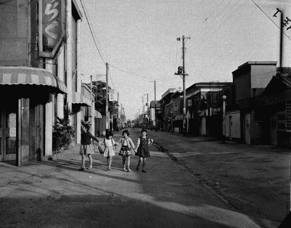 東京・吉原の旧赤線地帯。江戸時代に公認の遊郭として誕生した吉原は4月の売春防止法施行でさびれた。その後ソープランンドが風俗営業適正化法の特別地域として認められた=1958年5月