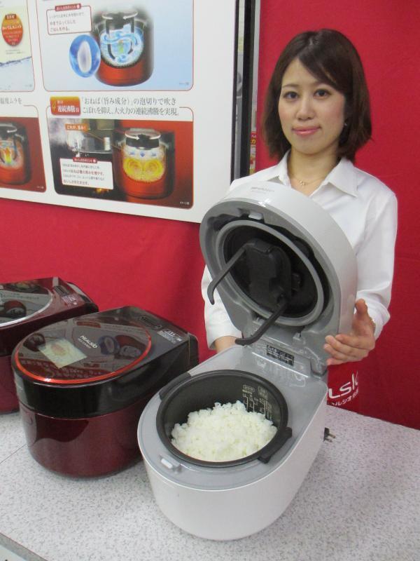 2012年にシャープが発売した初代ヘルシオ炊飯器。ふたに付いたツメで米をかきまぜる
