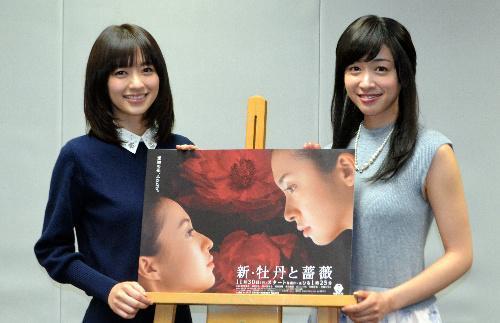 「新・牡丹と薔薇」に出演の逢沢りな(左)と黛英里佳=2015年11月30日