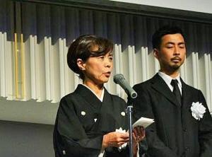 9月28日にあったお別れの会であいさつする現社長の天野さんの妻しのぶさん