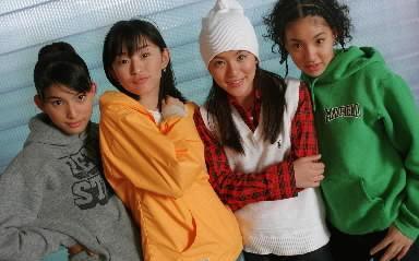 SPEED。右から新垣仁絵、今井絵理子、島袋寛子、上原多香子=1997年10月