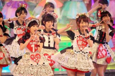紅白歌合戦で「心のプラカード」を歌うAKB48=2014年12月31日