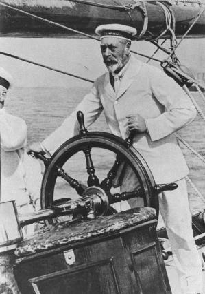 ヨットの舵をにぎる英国王ジョージ5世=1928年