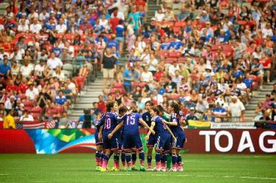 サッカー女子W杯決勝。後半開始前、円陣を組む日本代表の選手たち=2015年7月5日