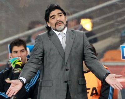 サッカーW杯ブラジル大会。両手を広げて抗議するマラドーナ監督=2010年6月27日