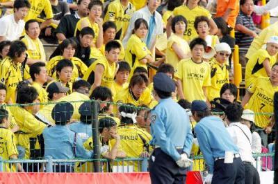 千葉に大敗し抗議する柏サポーター。手前は警備員=2005年5月28日