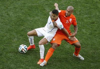 オランダ代表のナイジェル・デ・ヨングに羽交い締めにされる、チリ代表のアレクシス・サンチェス=2014年6月、ロイター