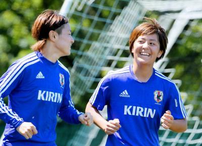 サッカー女子W杯。練習中に笑顔を見せる岩渕(右)=2015年6月20日