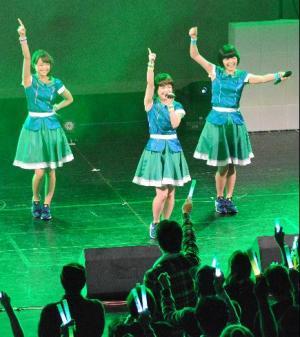 ステージで歌うNegicco=2015年12月12日