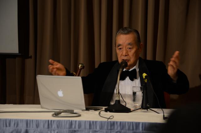 macbookを使いながらプレゼンしたドクター・中松氏