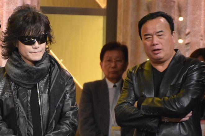 まるで同じグループのように似たいでたちの、TOSHIさん(左)と細川たかしさん