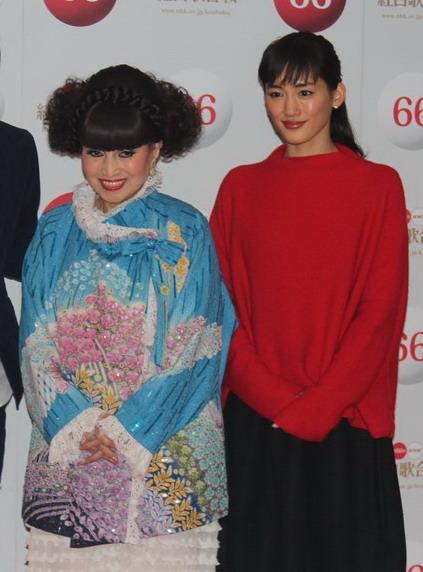 左から、総合司会の黒柳徹子、紅組司会の綾瀬はるか