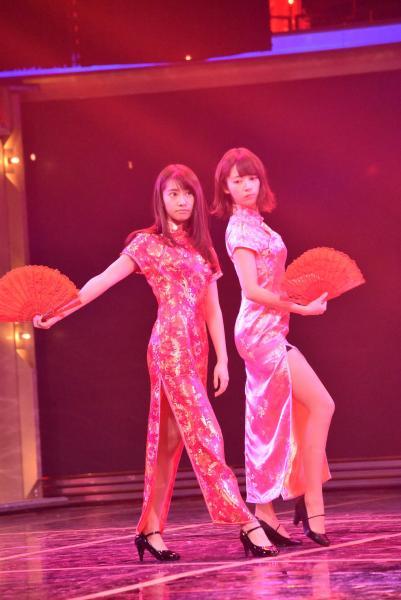 藤あや子さんのバックダンサーをするチャイナ服姿の乃木坂メンバー
