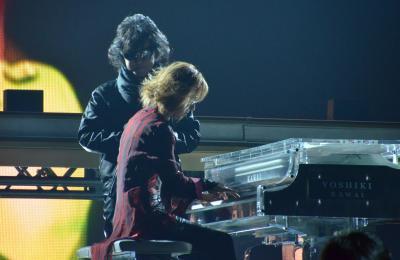 ピアノのYOSHIKIさん(手前)に寄り添うように歌うTOSHIさん