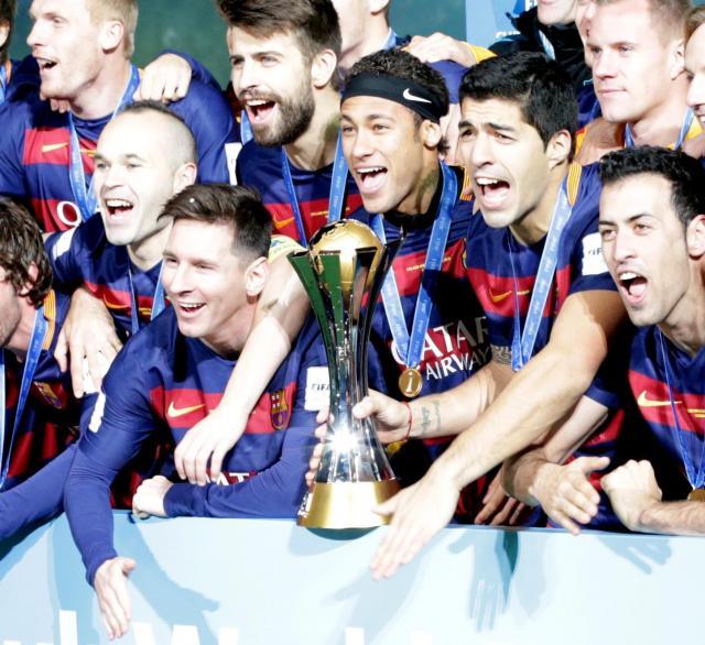 サッカー・クラブW杯で優勝し、喜ぶバルセロナの選手ら。メッシ、ネイマール、スアレスはタトゥーを入れている=2015年12月20日、横浜国際総合競技場