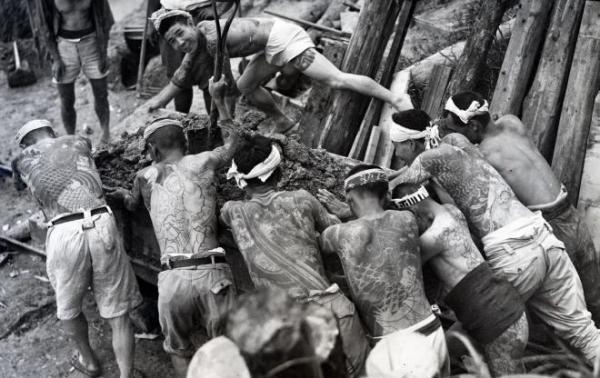 親分らによる勤労奉仕作業の様子。体には彫り物が=1945年、東京都内