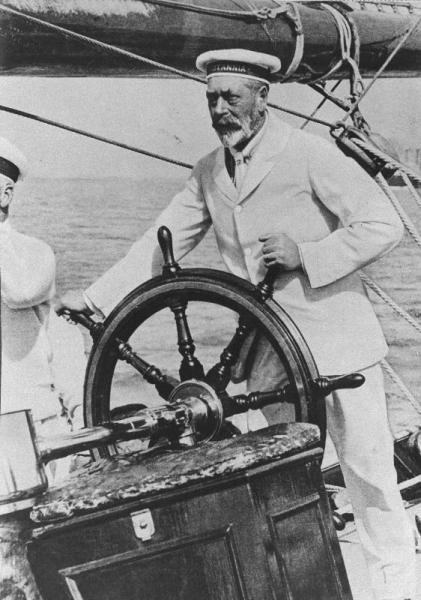 ヨットの舵をにぎる英国王ジョージ5世。日本で入れ墨を入れたと言われている=1928年