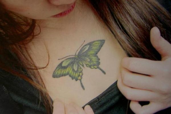 女性の胸元を飾るタトゥー=2005年、大阪