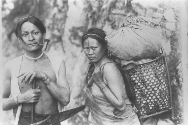 顔に入れ墨をする風習がある台湾のタイヤル族の夫婦