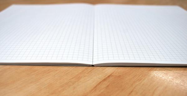 開いたときに水平になるのが特徴の方眼ノート