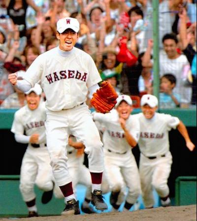 第88回大会で優勝を決め、マウンドでガッツポーズする早稲田実の斎藤佑樹投手=2006年8月21日、阪神甲子園球場