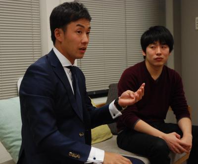 対談する日本ハムの斎藤佑樹投手(左)と、グノシーの福島良典CEO