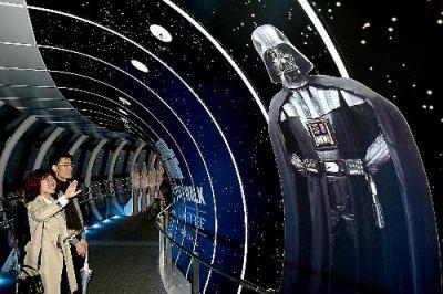 ダース・ベイダーなど登場キャラクターがあしらわれた東京スカイツリーの天望回廊=東京都墨田区、2015年11月