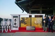 清水寺で披露された「スター・ウォーズ」の風神雷神図屛風と「覚醒」の書=2015年11月30日