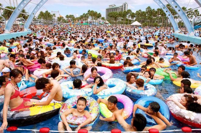 大勢の行楽客でにぎわうナガシマスパーランドの「サーフィンプール」=2007年8月14日、三重県桑名市
