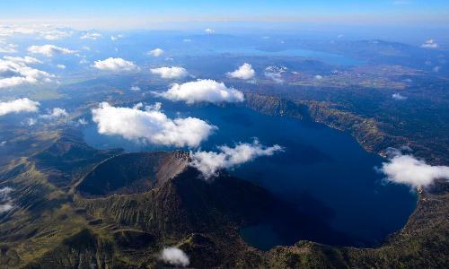 透明な水をたたえる摩周湖。左手前はカムイヌプリ(摩周岳)、奥は屈斜路湖=2014年10月23日、北海道テレビのヘリから、惠原弘太郎撮影