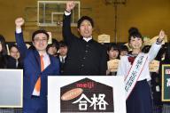 受験生にエールを送るセーラー服姿のおのののかさんと篠原信一さん(中央)と坪田信貴さん(左)=丹治翔撮影
