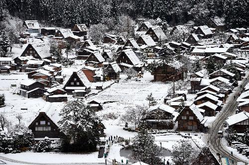 雪化粧をした白川郷の合掌造り集落=2015年11月27日