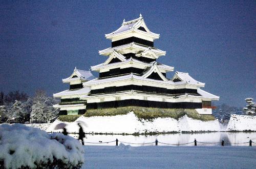 雪化粧した松本城=2008年1月23日