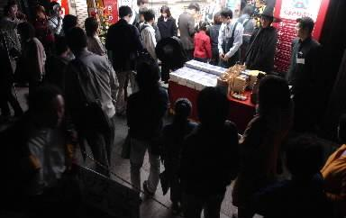 早朝5時にハリー・ポッター最新作の販売が開始された書店には、夜明け前にもかかわらず行列ができた=2002年10月23日、東京・八王子駅前