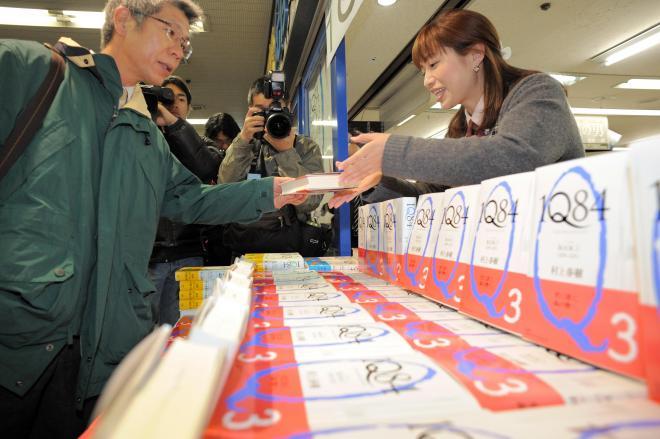 図書館では予約待ちの常連、村上春樹作品。「1Q84」発売時は開店時間を前倒しした書店にファンが詰めかけた=2010年4月16日、大阪市北区、小玉重隆撮影