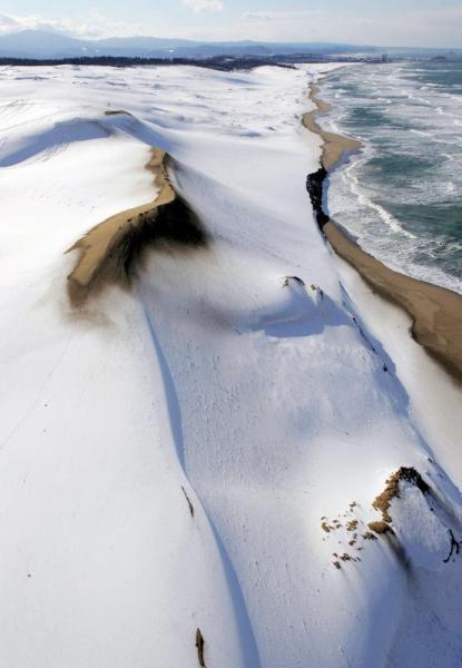 雪景色になった鳥取砂丘=2005年12月14日