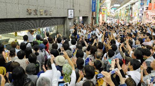 神戸の海文堂書店が閉店した日には、大勢の人が駆けつけた=2013年9月30日、神戸市中央区