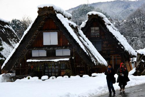 雪に包まれた白川郷の合掌造り集落=2014年12月3日