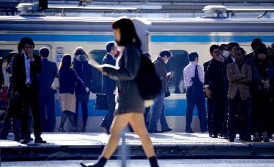 大勢の人たちが行き交う上野駅のホーム=2014年10月20日