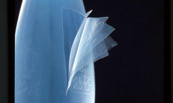 1972年には、酸素バリア層を含むプラスチックの多層構造容器を採用