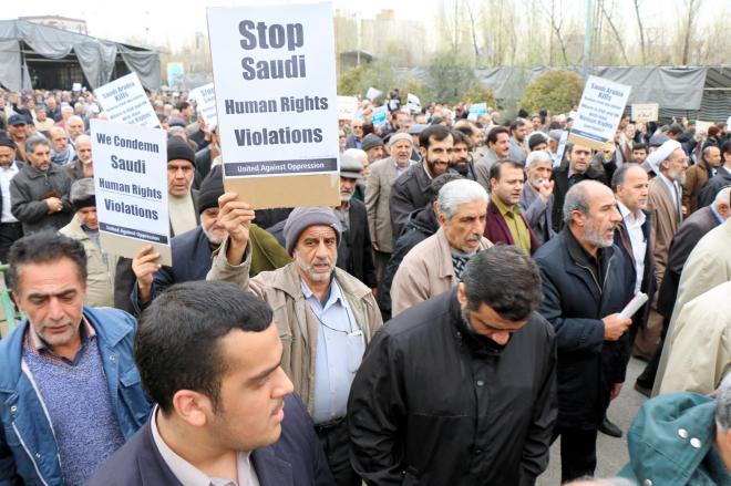 テヘランのモサラ・モスク、サウジアラビアを非難するデモをする人びと=2016年1月8日、神田大介撮影