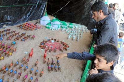 シーア派の行事「アシュラ」。フセインの儀式を模型で表した屋台が歩道に登場=ラン中部ヤズド州で、神田大介撮影